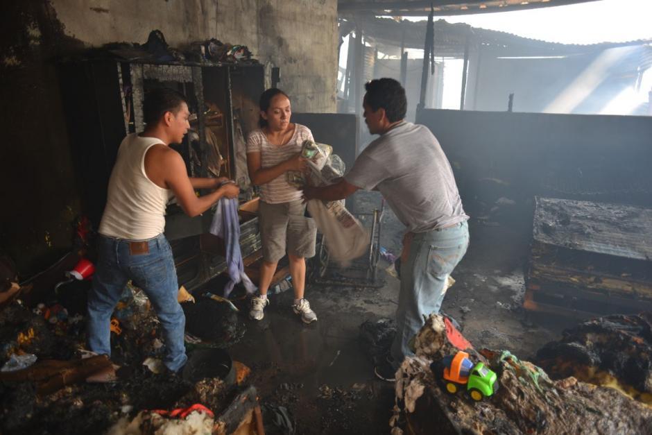 Propietarios de las viviendas recuperan sus pertenencias tras el incendio.   (Foto: Jesús Alfonso/Soy502)