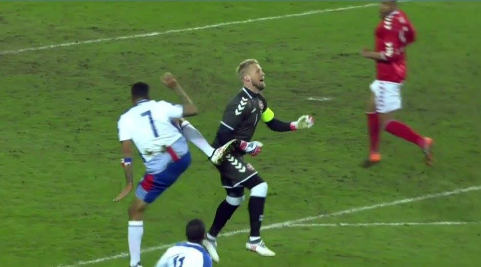 El momento en el que Pérez choca con el guardameta danés. (Foto: RPC)