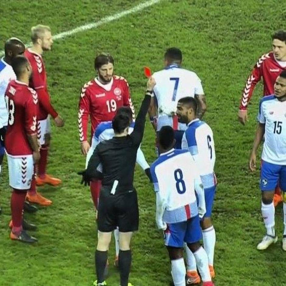 El árbitro expulsa a Blas Pérez al minuto 64. (Foto: RPC)