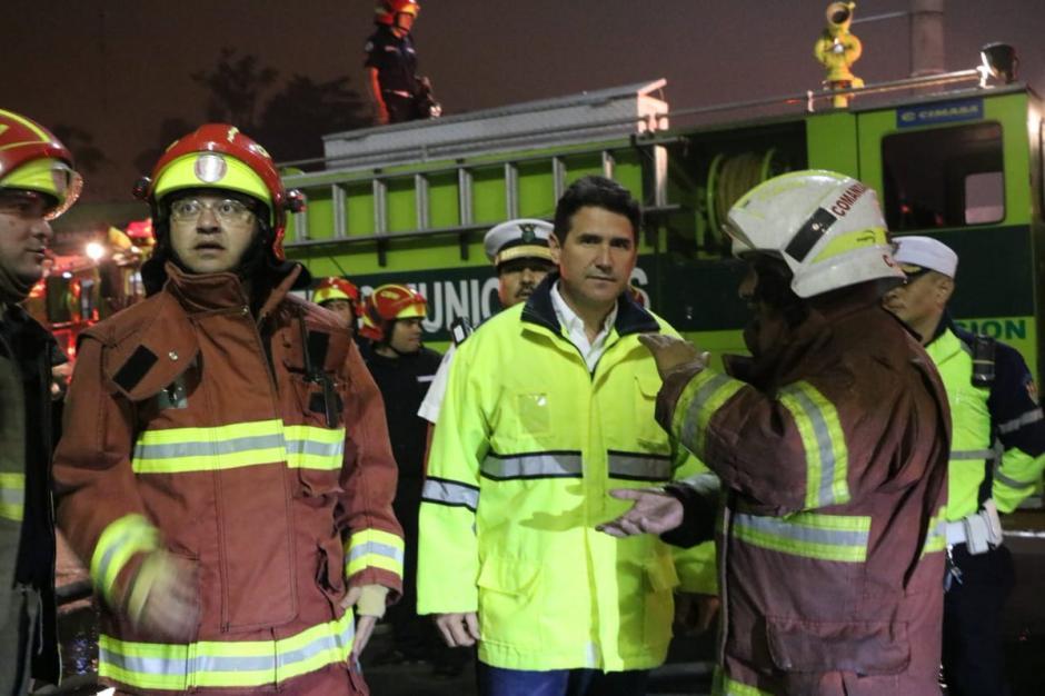 El alcalde capitalino Ricardo Quiñónez envió un mensaje de agradecimiento a los socorristas que trabajaron para sofocar el incendio en un centro comercial. (Foto: @AlcaldeRicardoQ)