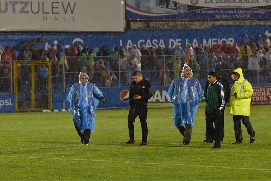Los árbitros decidieron cancelar el juego de Xelajú MC ante Sanarate por la lluvia. (Foto: Sergio Muñoz/NuestroDiario)