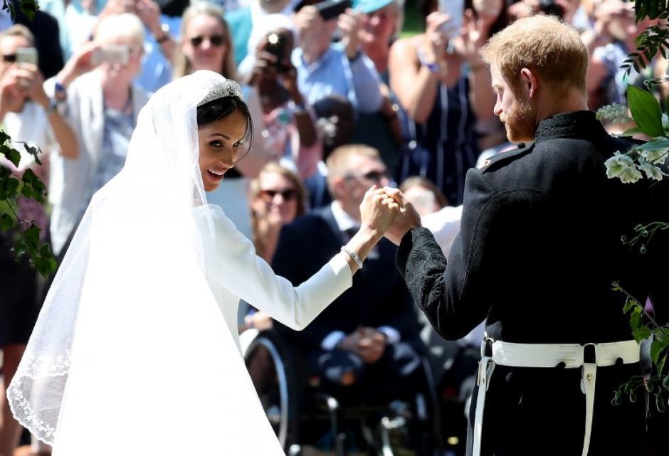 Ambos saludaron a centenares de personas en las afueras del Castillo de Windsor. (Foto: AFP)