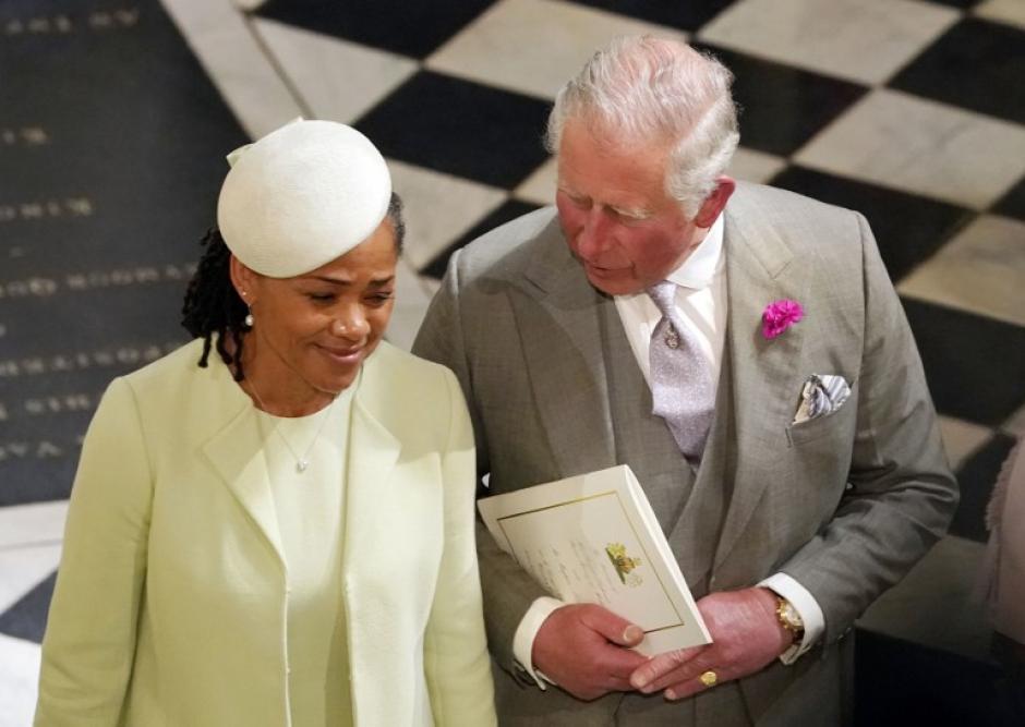 El príncipe Carlos de Gales junto a Doria Ragland, madre de Meghan Markle. (Foto: AFP)