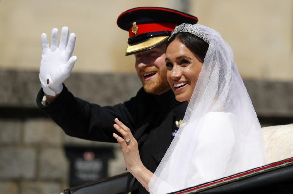 Así saludaron los duques de Sussex al salir de la boda. (Foto: AFP)