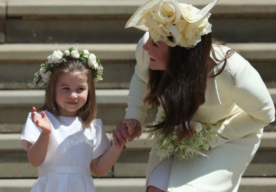 Jorge de 4 años y Carlota de 4 fueron pajecito y dama de honor en la boda. (Foto: AFP)