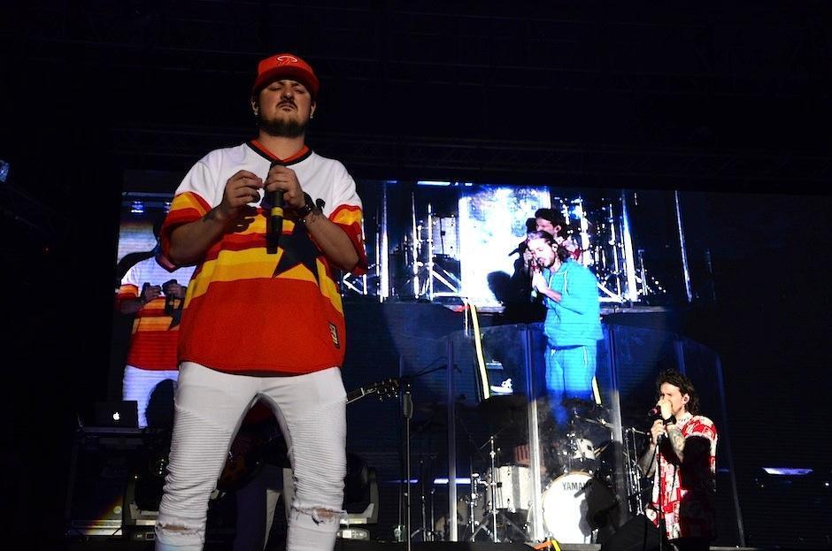 Pablo interpretó los éxitos de la banda con pasión. (Foto: Selene Mejía/Soy502)