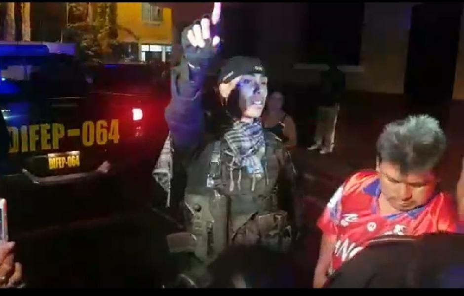 Agentes de la Policía Nacional Civil tuvieron problemas con vecinos de la colonia Landivar. (Foto: Captura)