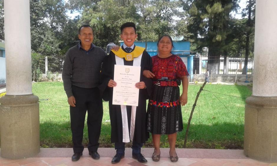 Mario junto a sus papás. (Foto: Familia Cúmez Algua)