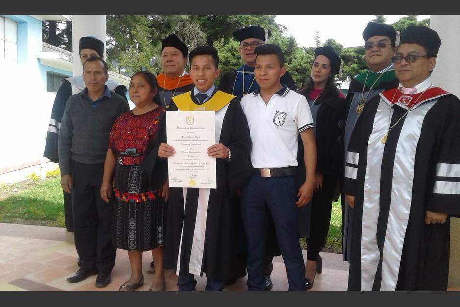 Mario Cúmez junto a su familia. (Foto: Familia Cúmez Algua)