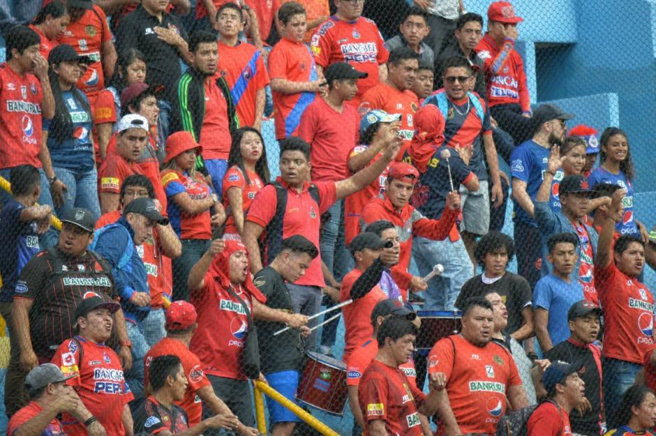 La afición de Municipal se hizo presente en el estadio El Trébol. (Foto: Rudy Martínez/Soy502)