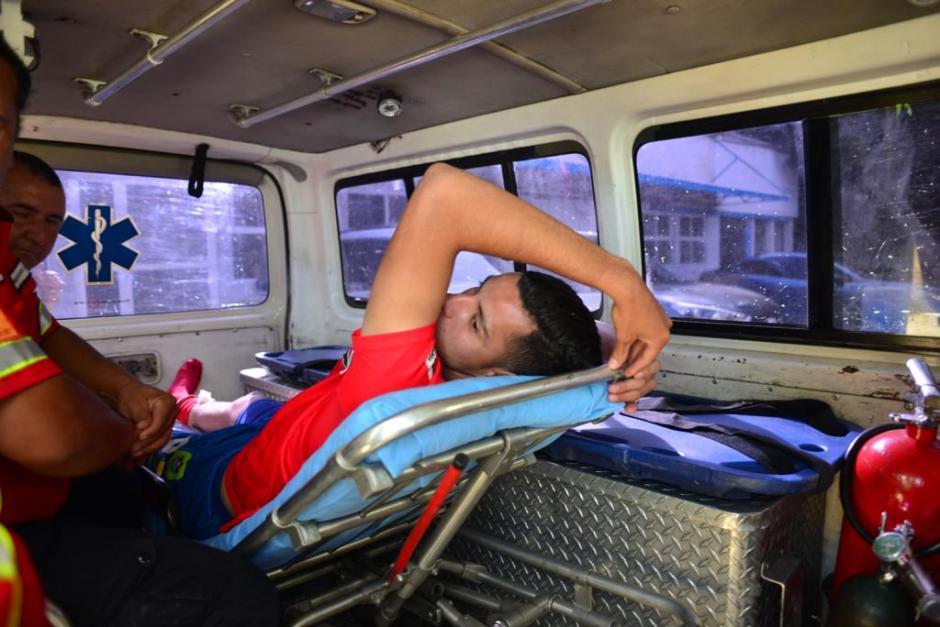 El jugador fue trasladado en una ambulancia hacia un centro asistencial. (Foto: Jesús Alfonso/Soy502)