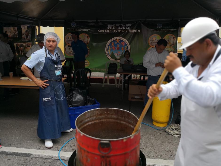 Incluso, algunos universitarios prepararon chicharrones frente al Congreso. (Foto: José Miguel Castañeda/Soy502)
