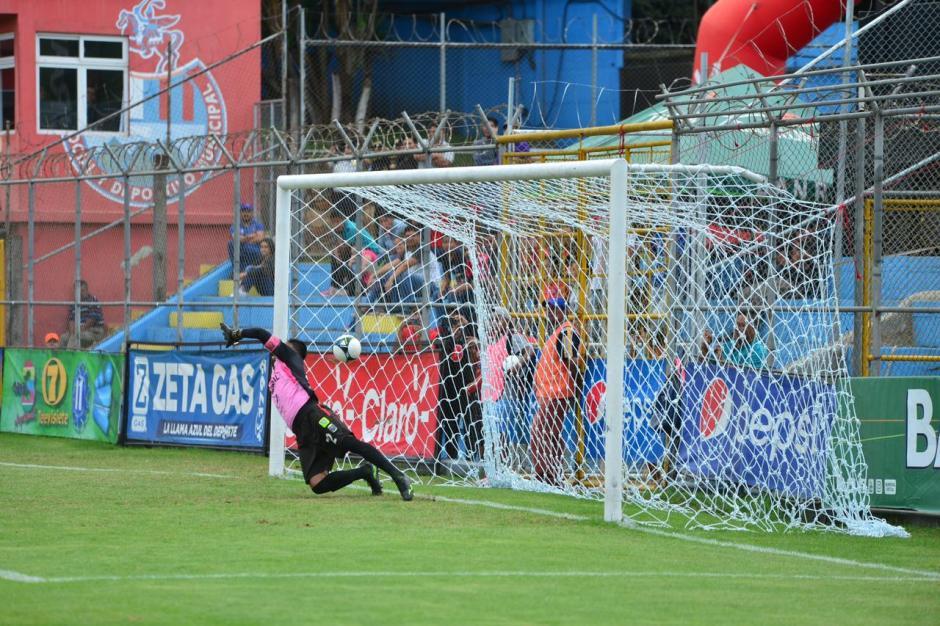 Motta no pudo parar el disparo de Lazaneo. (Foto: Jesús Alfonso/Soy502)