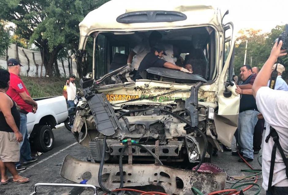 El incidente dejó a varias personas heridas tras el fuerte impacto vial. (Foto: Soy502)