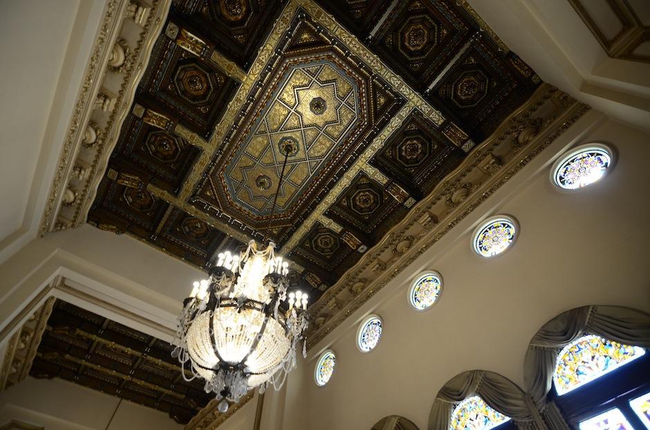 Los techos tienen detalles bañados en oro.  (Foto: Selene Mejía/Soy502)