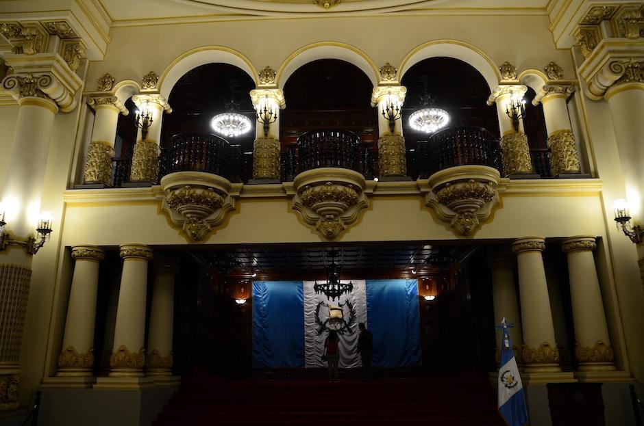 La Sala de Recepciones posee una bandera que cuenta con un quetzal real disecado. (Foto: Selene Mejía/Soy502)