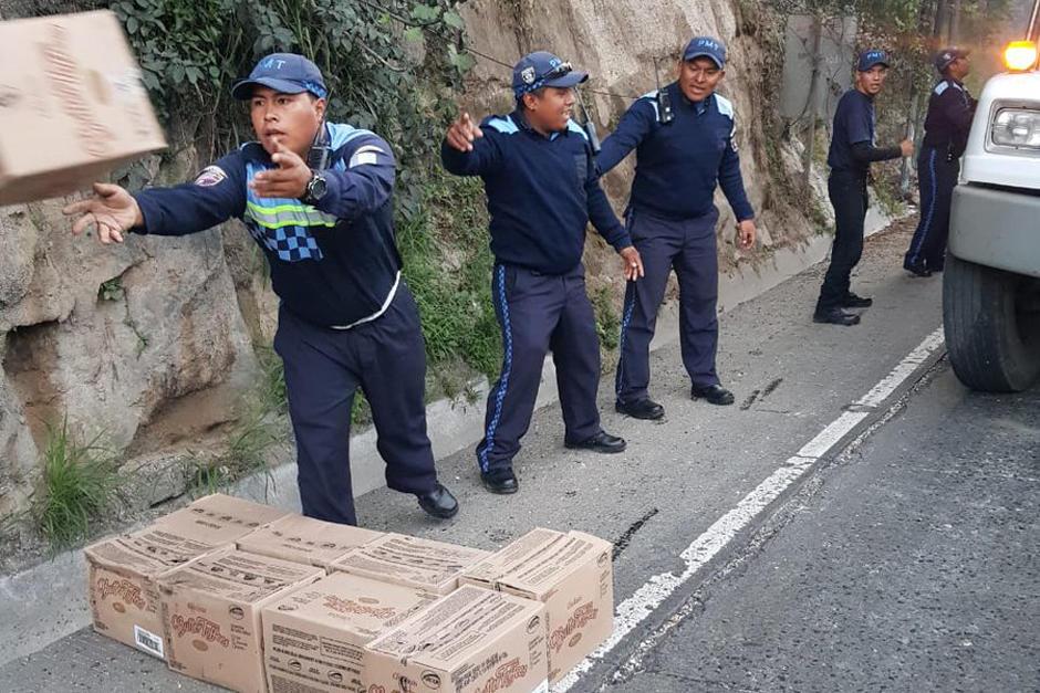 La PMT de Villa Nueva necesito que alrededor de diez agentes de tránsito descargaran la mercadería del camión para poderlo movilizar. (Foto: Dalia Santos/PMT Villa Nueva)
