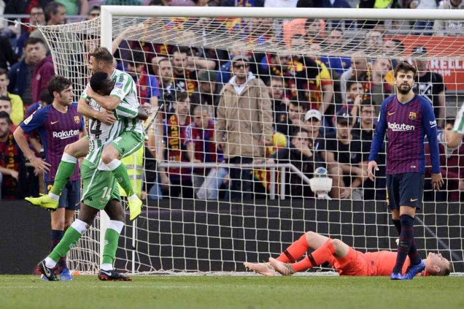 Al fondo Ter Stegen se lamenta el error que permitió el tercer gol del Betis. (Foto: AFP)