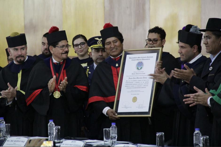 El presidente Morales mostró su agradecimiento por la condecoración. (Foto: Wilder López/Soy502)