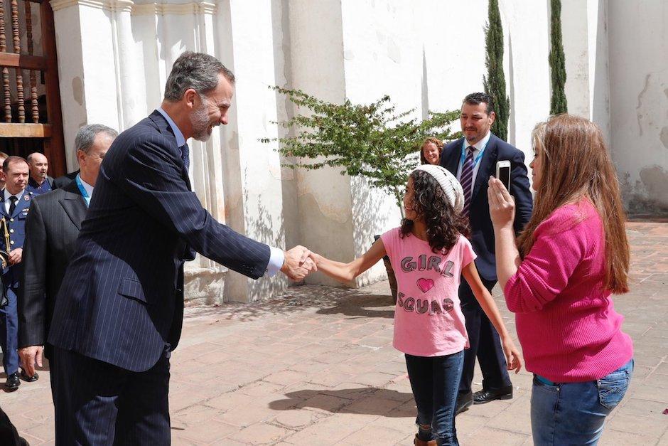 En un descanso de laXXVI Cumbre Iberoamericana de Jefes de Estado y de Gobierno, Felipe de España aprovecha para pasear por las calles antigueñas. (Foto: Twitter @Casareal)