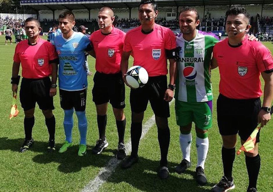 José Manuel Contreras y Néstor Jucup fueron los capitanes del partido. (Foto: @espaciofutbol)