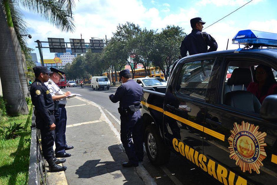 Aparentemente los agentes reciben un soborno de los ocupantes de un vehículo. (Foto: Ilustrativa/Soy502)