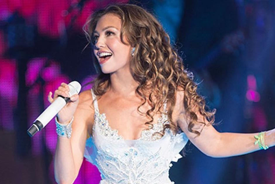 Una falla técnica dejó expuesta a Thalía y reveló su verdadera voz en pleno concierto. (Foto: Los40Principales)