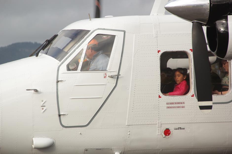 Una niña espera con ansias el despegue del avión hacia la ciudad de Guatemala. (Foto: Fredy Hernández/Soy502)