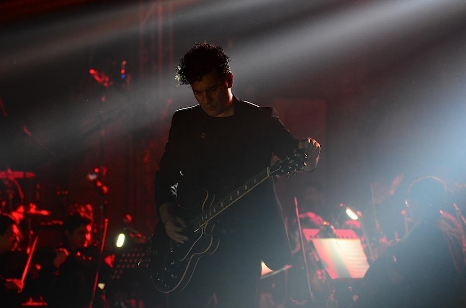 Juan Carlos Barrios tocó sus acordes en la guitarra. (Foto: Selene Mejía/Soy502)