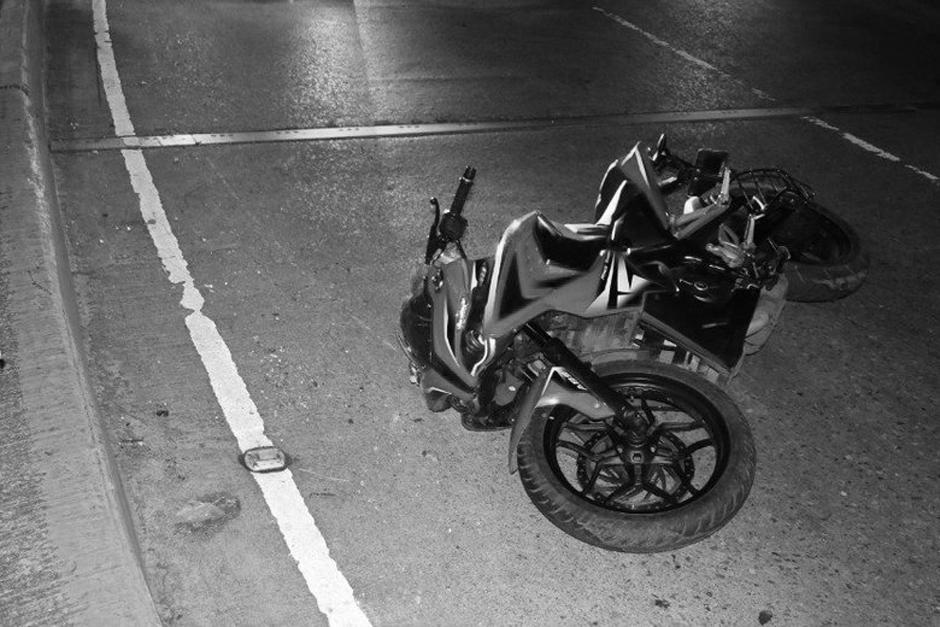 Un motorista y su acompañante murieron en un aparatoso y extraño accidente ocurrido sobre el puente La Castellana. (Foto: Bomberos Municipales)