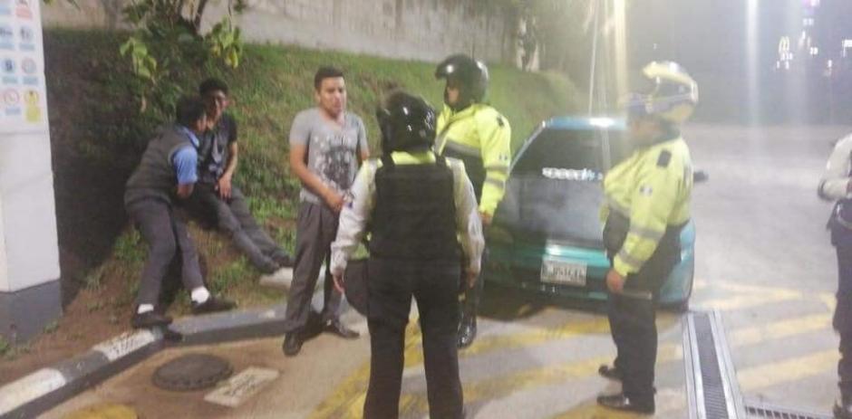 Los muchachos se encontraban bajo efectos de licor en una estación de gasolina de Mixco. (Foto: Neto Bran)