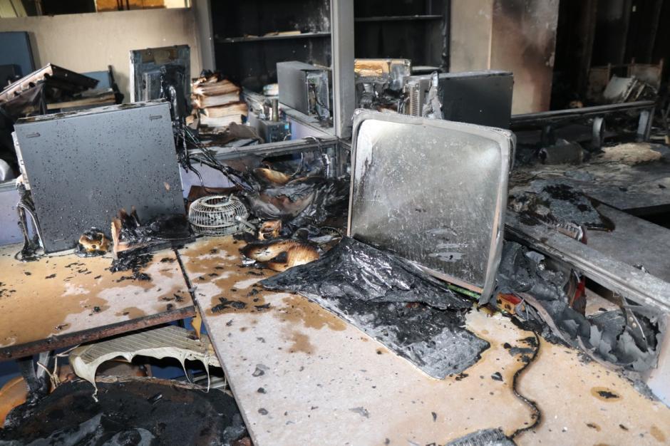 Así quedó el mobiliario en el edificio de la SAT. Se investigará si el incendio fue provocado. (Foto: Bomberos Municipales)