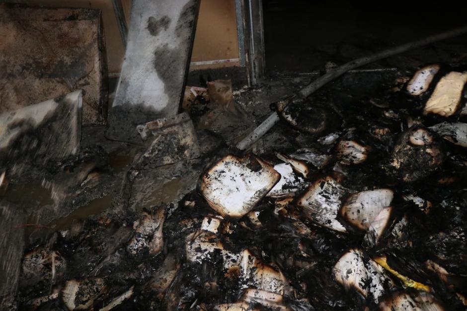 Decenas de documentos quedaron tirados al quemarse. (Foto: Bomberos Municipales)
