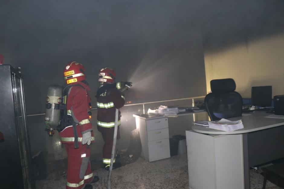 Los bomberos Municipales apagaron el incendio, ningún empleado resultó lesionado. (Foto: Bomberos Municipales)