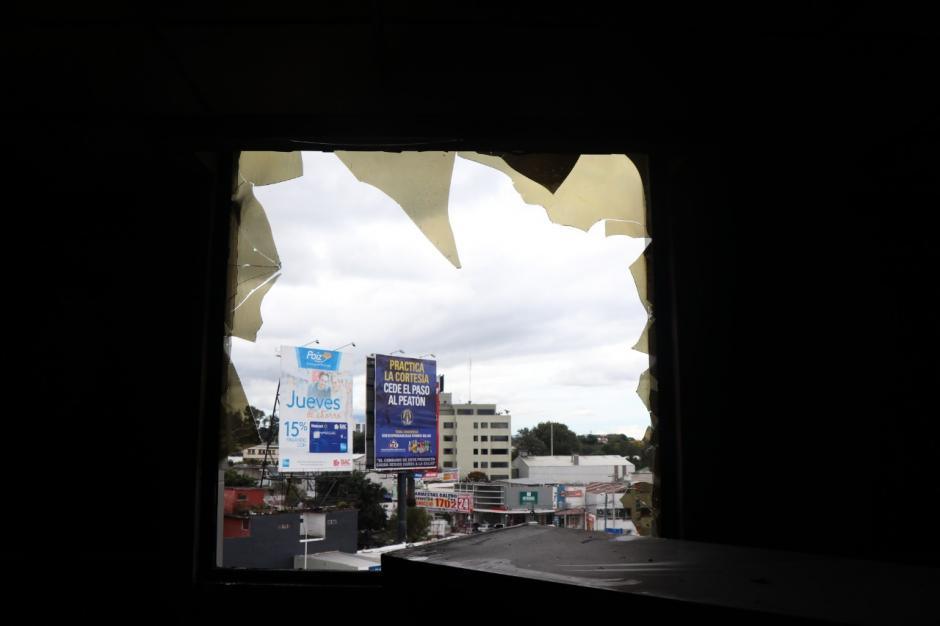 Vista desde adentro de las oficinas de la SAT por una ventana cuyos vidrios se quebraron por el incendio. (Foto: Bomberos Municipales)