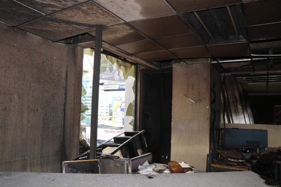 La SAT informó que la destrucción afectó mobiliario y documentos relacionados al crédito fiscal. (Foto: Bomberos Municipales)