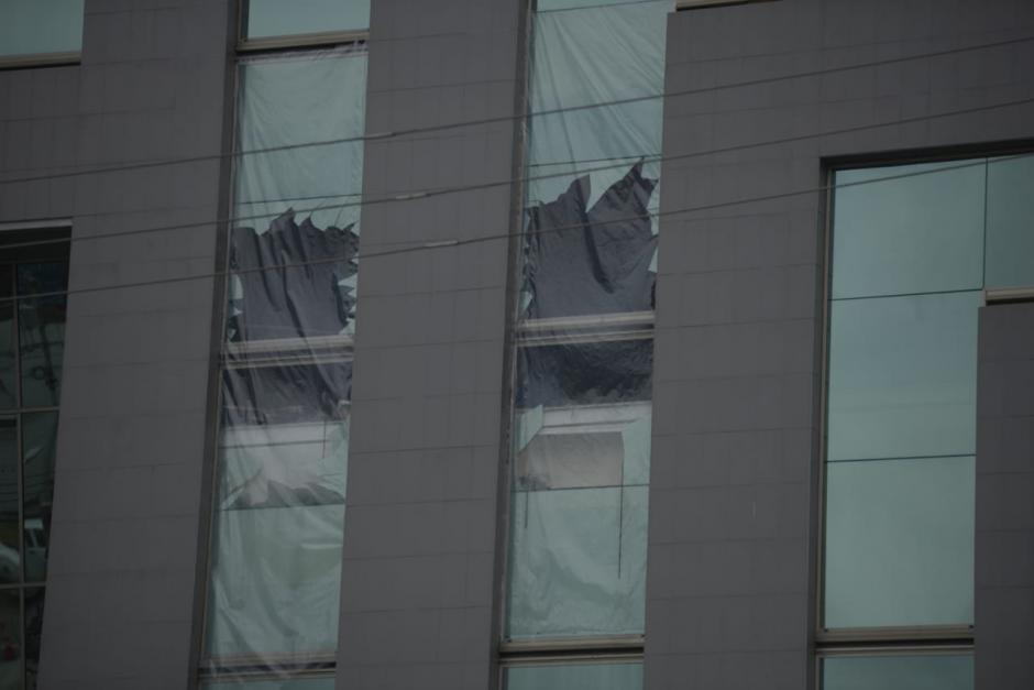 Vista de afuera del edificio incendiado. (Foto: Wilder López/Soy502)