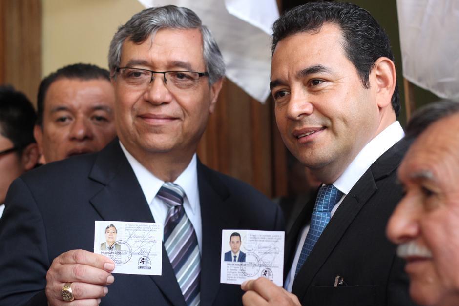 Jafeth Cabrera y Jimmy Morales muestran sus credenciales aún siendo candidatos a la presidencia. (Foto: Archivo/Soy502)