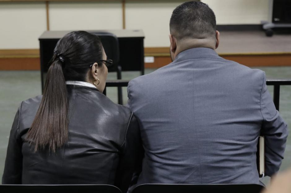 Baldetti y su abogado defensor fueron los últimos en retirarse de la sala de audiencias. (Foto: Alejandro Balán/Soy502)