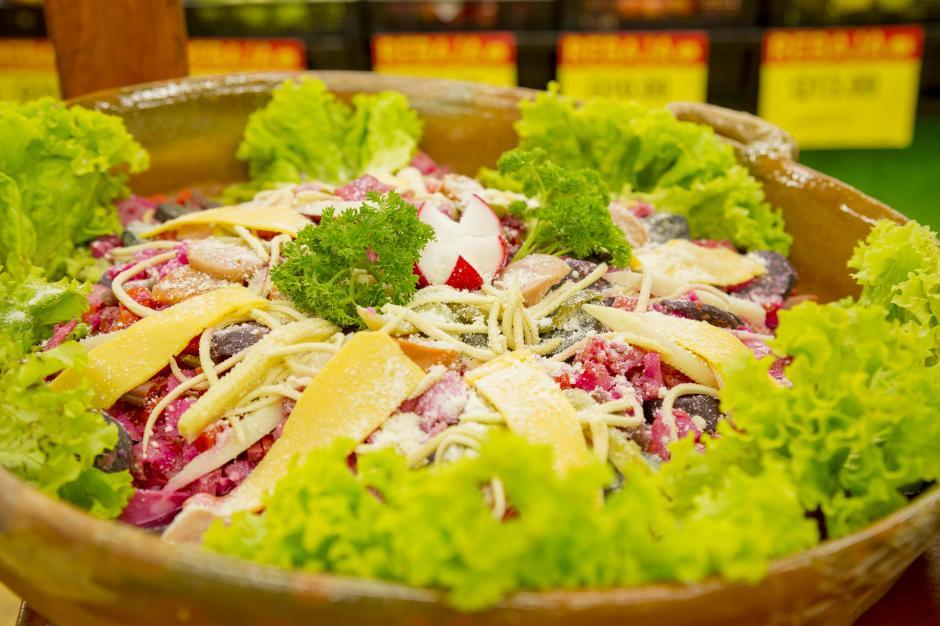 Embutidos, selección de carnes, quesos, verduras, enlatados y conservas para el fiambre se encuentran en Paiz y Walmart. (Foto: George Rojas/Soy502)