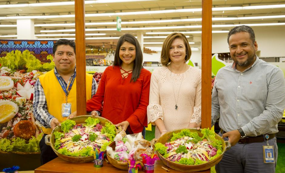 Representantes de Paiz y Walmart, junto a proveedores dieron la bienvenida al tradicional fiambre. (Foto: George Rojas/Soy502)