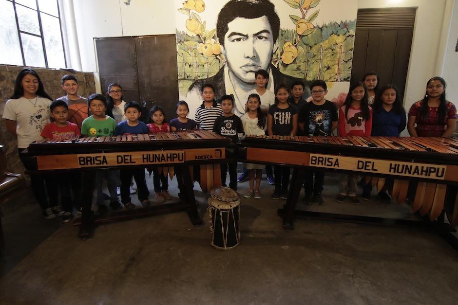 Ellos forman Brisa del Hunahpú, una orquesta muy especial. (Foto: Alejandro Balán/Soy502)