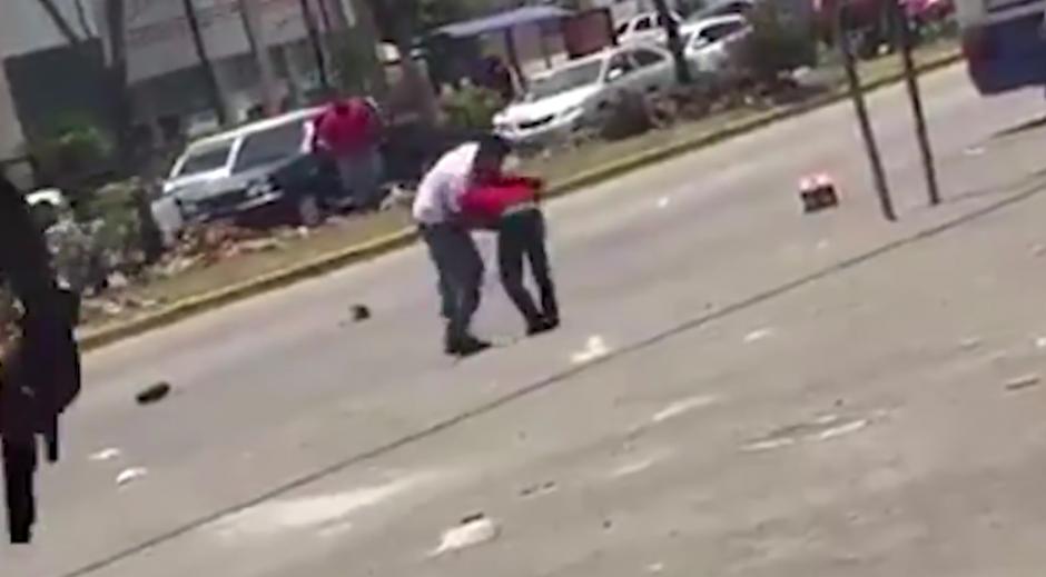 El video de una pelea entre dos hombres, uno de ellos armado, se viralizó en Facebook. (Foto: captura de pantalla)