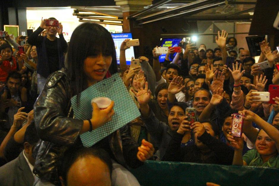 Debido a la gran cantidad de personas, Paola entró cargada al centro comercial. (Foto: Fredy Hernández/Soy502)