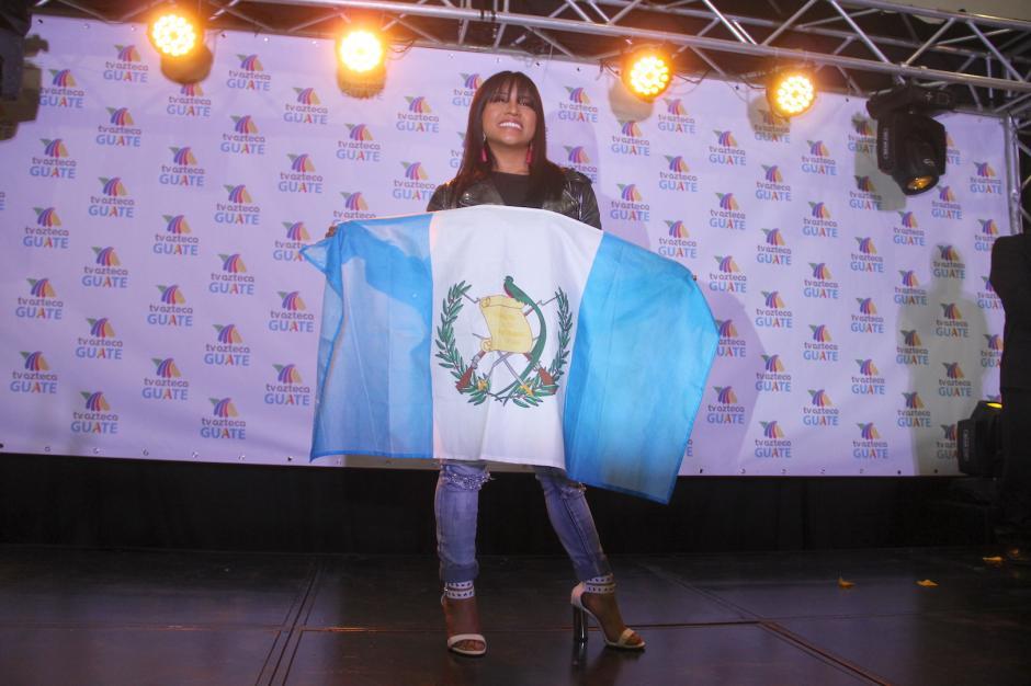Paola agradeció cada uno de los detalles de la gente que la recibió este sábado. (Foto: Fredy Hernández/Soy502)
