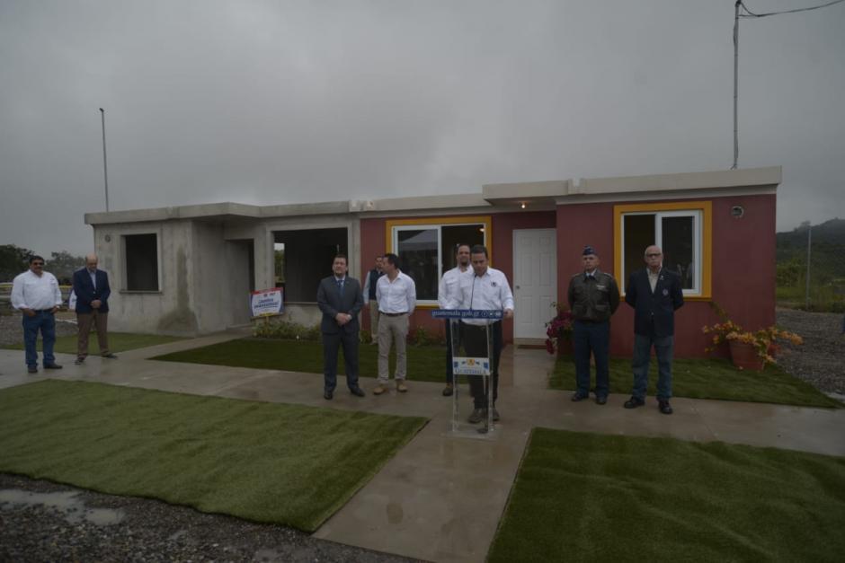 El presidente Jimmy Morales; el ministro de Comunicaciones, Luis Benito; y el director de la Conred, Sergio Cabañas, acudieron a la presentación de la vivienda modelo. (Foto: Wilder López/Soy502)