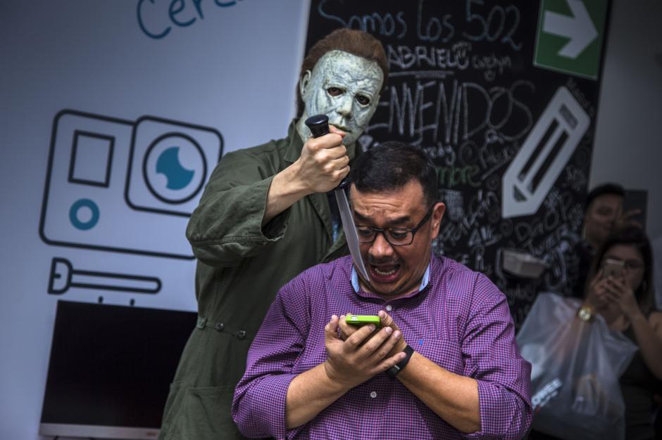 Myers cortó por unos minutos la rutina de quienes trabajan en Soy502. (Foto: Victor Xiloj / Soy502)