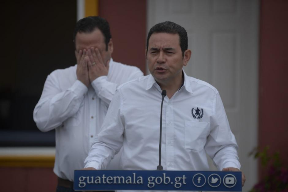 El presidente Jimmy Morales y el ministro de Comunicaciones, Luis Benito, verificaron las casas modelo que se entregarán a damnificados por la erupción del Volcán de Fuego. (Foto: Wilder López/Soy502)