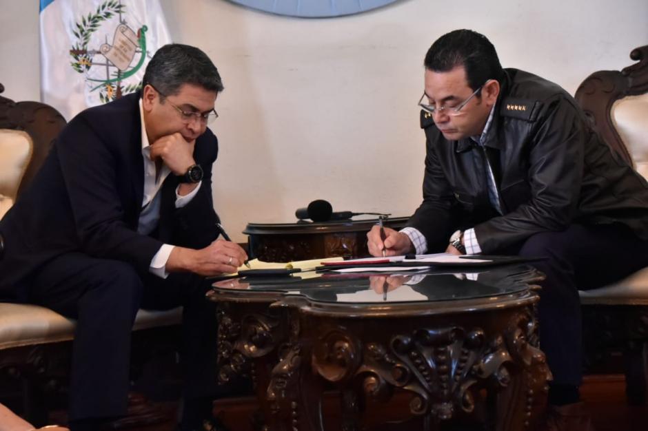 El presidente Jimmy Morales lució una chaqueta de cuero con las insignias de general del ejército. (Foto: Secretaría de Comunicación Social de la Presidencia).