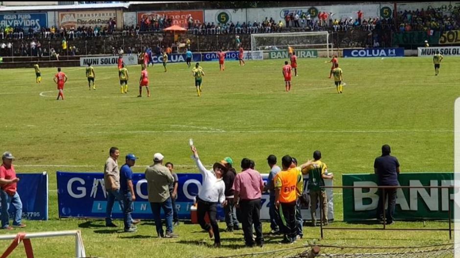 Momento en el que el alcalde de Sololá lanza la botella a los aficionados de Quiché FC. (Foto: Facebook)